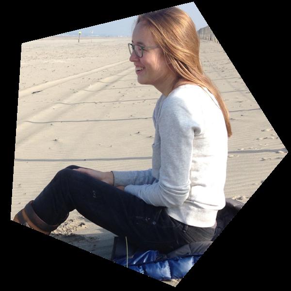 Foto van Willemijn zittend op het strand