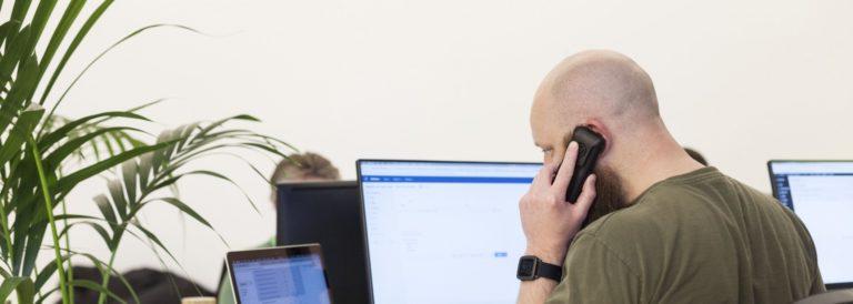 Peter van den Hooren aan de telefoon