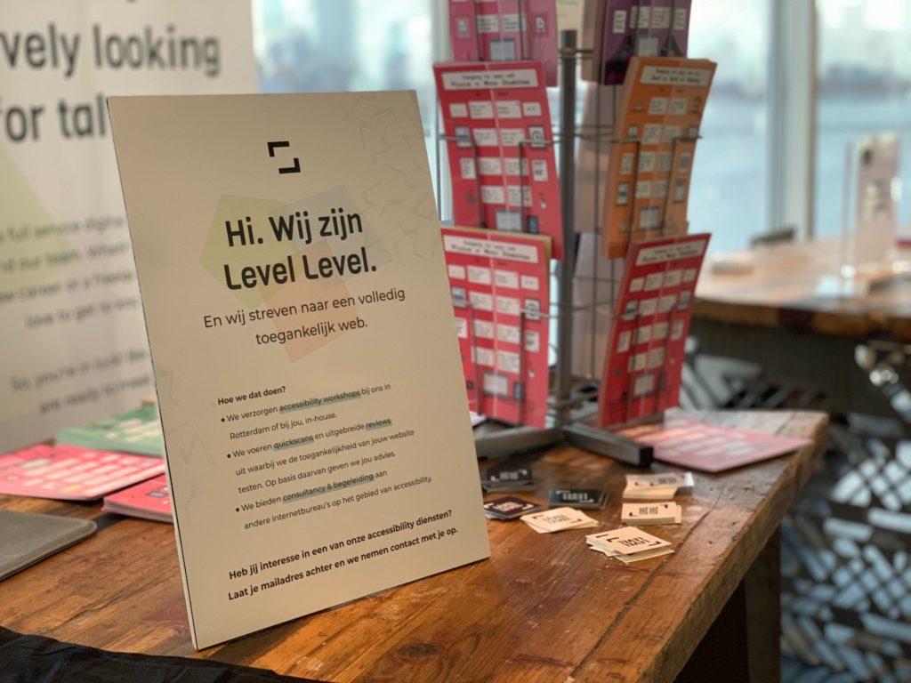Poster op de Level Level stand op WordCamp Rotterdam 2019