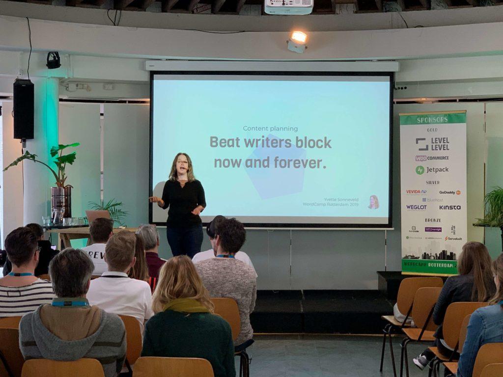 Yvette presenteert in de balzaal op WordCamp Rotterdam 2019