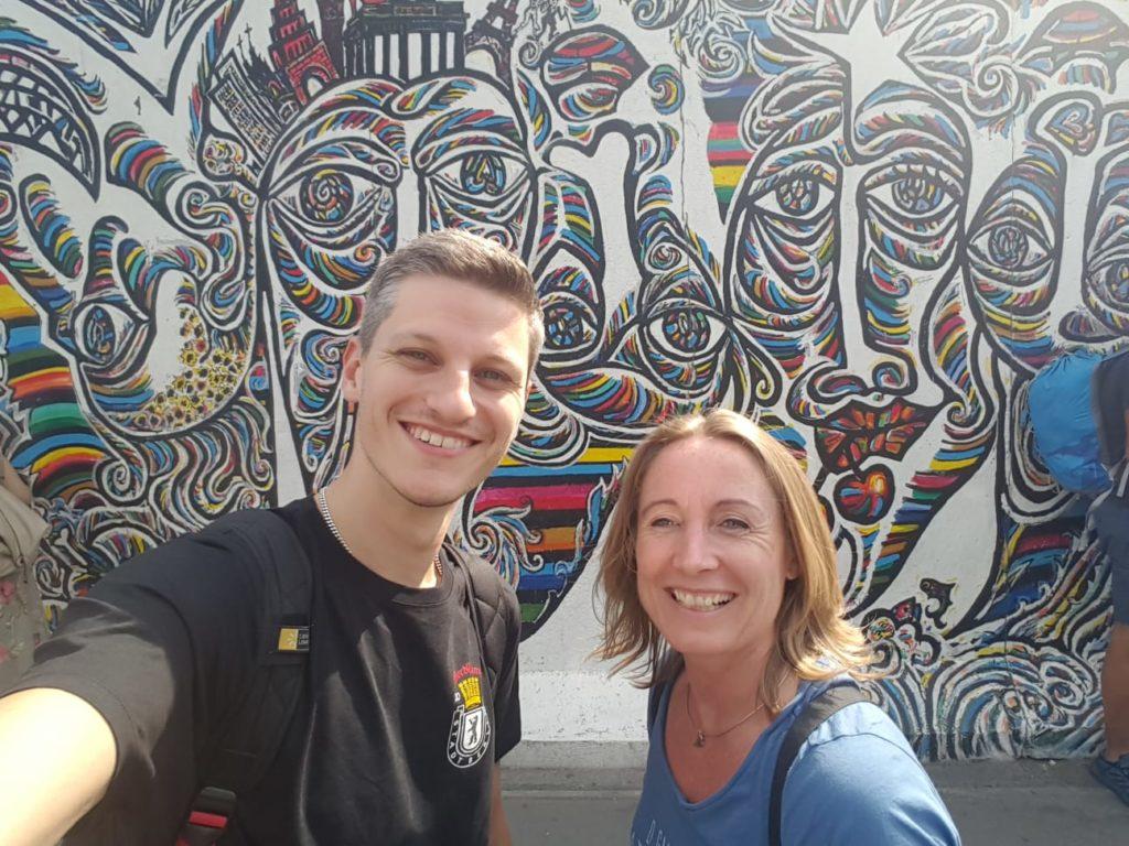 Niels en Saskia bij een stuk van de Berlijnse muur.