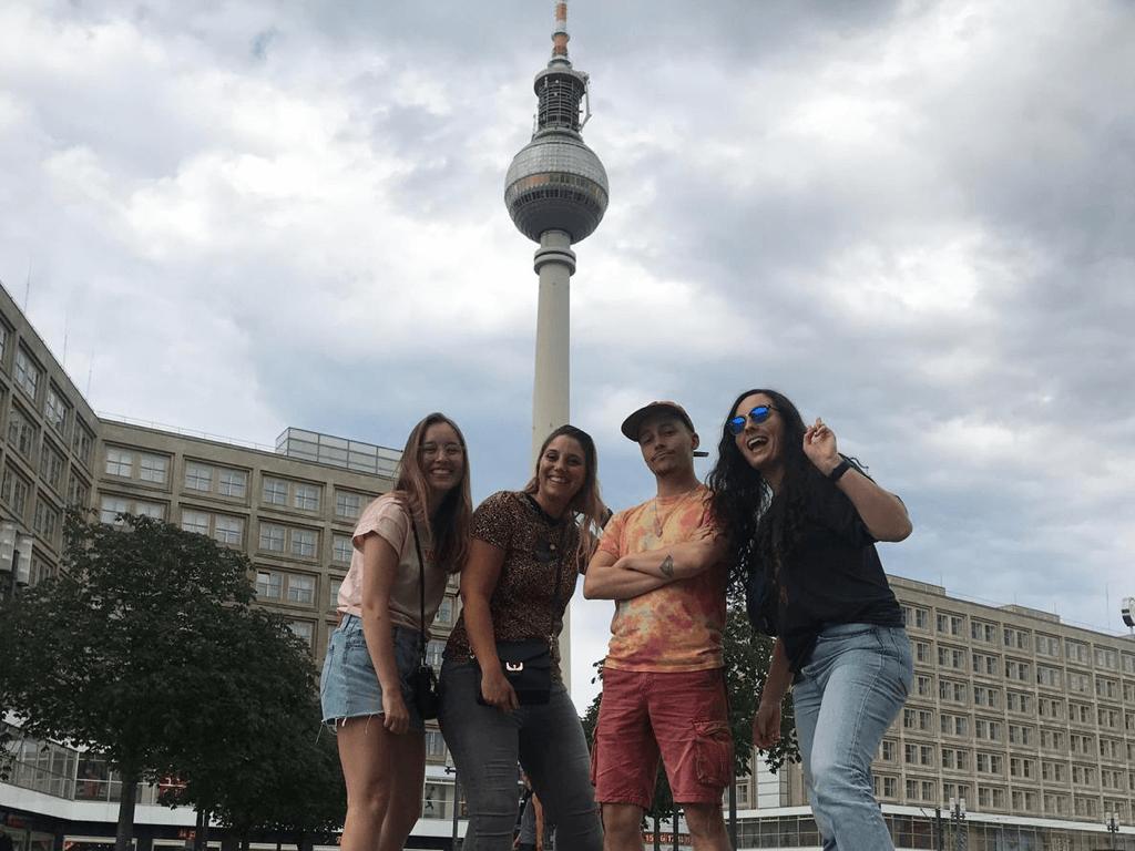 Willemijn, Andrée, Mitchell & Melissa op Alexanderplatz in Berlijn.