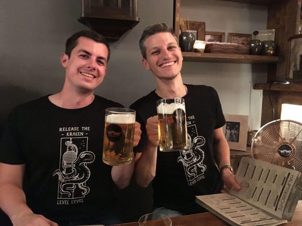 Mike en Niels aan een biertje