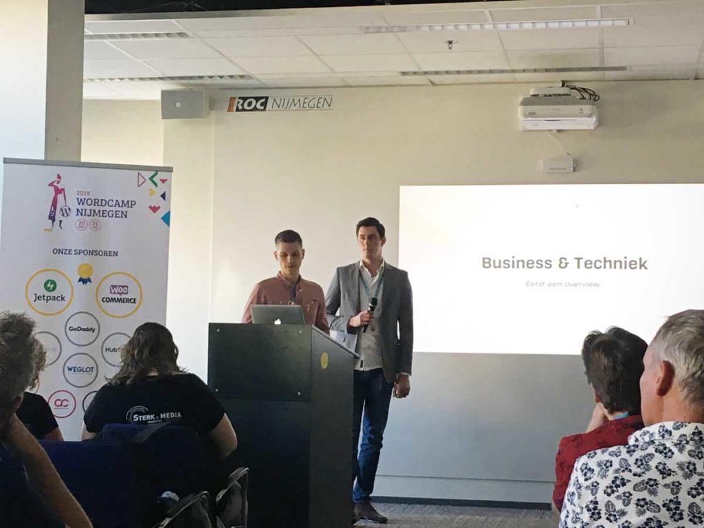Niels van Level Level en Max van Online Plastics Group tijdens hun presentatie op WordCamp Nijmegen 2019