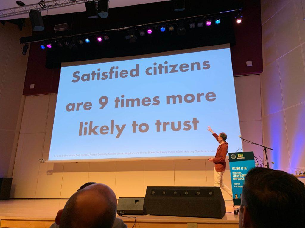 Een tevreden burger zal bijna negen keer zoveel vertrouwen hebben in de overheid