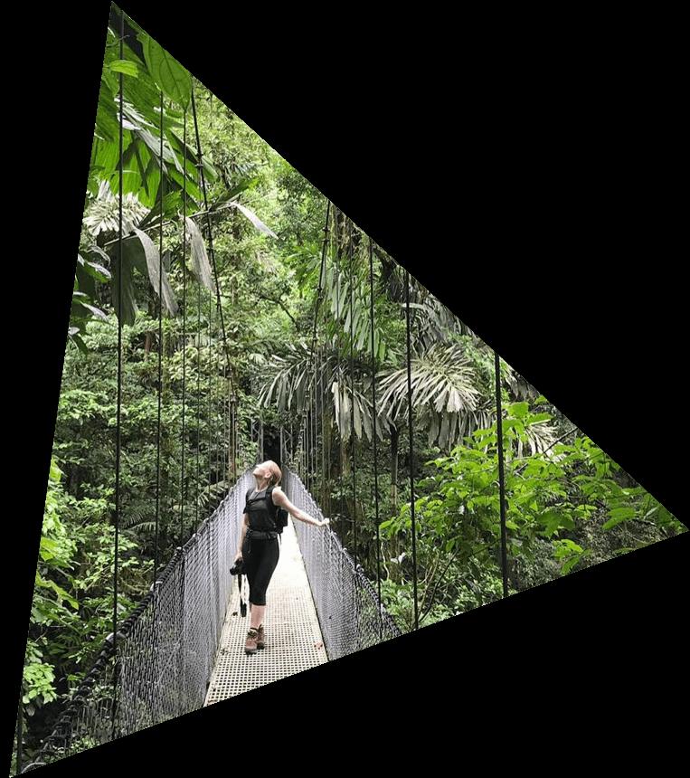 dorin op een brug in costa rica jungle