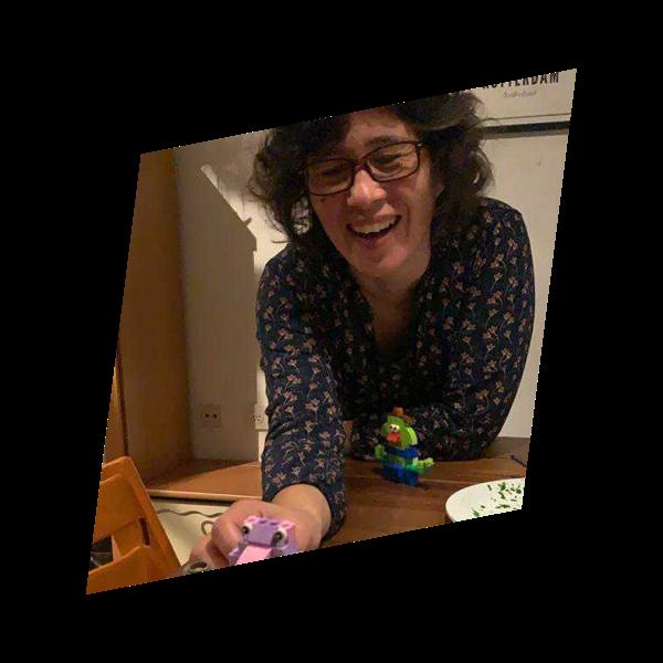Sheila met haar kind aan het spelen met Lego